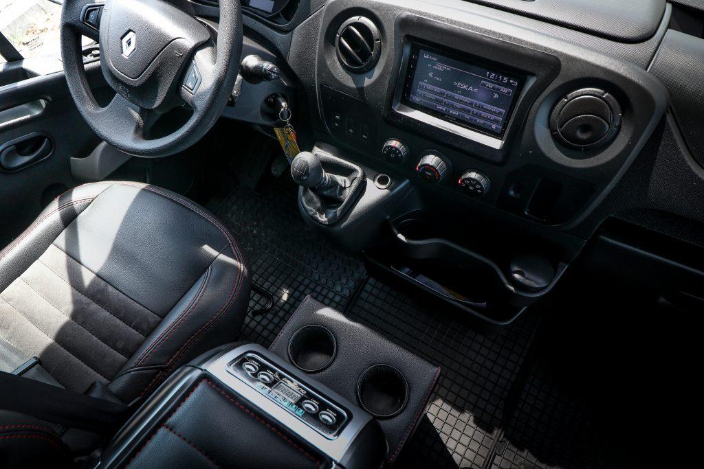 wnętrze busa renault dla kierowcy